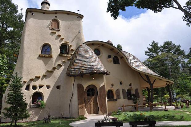 """Una casa """"Ghibli"""" en pleno bosque"""